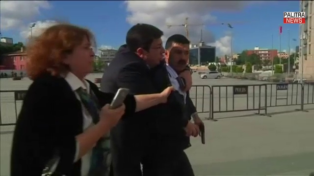 ცნობილ თურქ ჟურნალისტს სასამართლოსთან თავს დაესხნენ - თავდამსხმელის დაკავების კადრები