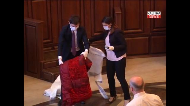 სისხლიანი ნივთები მკვლელობის ადგილიდან, რომლებიც მაგდა პაპიძის სასამართლოზე წარმოადგინეს - კადრები მონტაჟის გარეშე